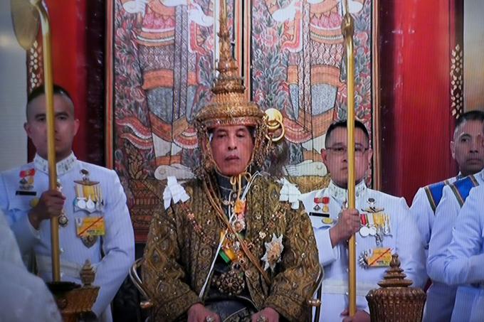 Quốc vương Thái Lan trao vương miện cho hoàng hậu trong lễ đăng quang