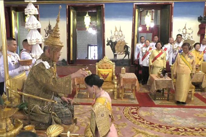 Quốc vương Thái Lan trao vương miện cho hoàng hậu trong lễ đăng quang - 1