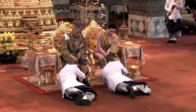 Các cận thận nửa quỳ nửa nằm rạp dưới chân của vua và hoàng hậu Thái Lan trong buổi lễ sáng 4/5. Ảnh:Thailand's Public Relations Department