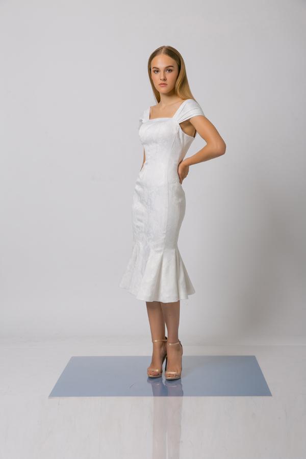 Taapjtrung vào phần cắt ráp tỉ mỉ, bộ sưu tập giới thiệu nhiều mẫu váy tôn đường cong và giúp người mặc quyến rũ hơn.