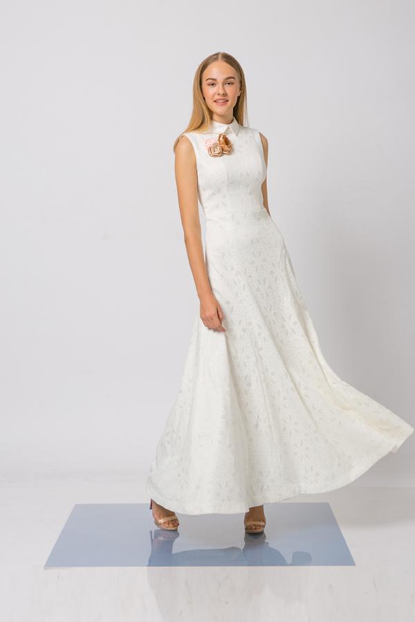 Những loại vải thoáng mát như lụa, ren, lụa nhân tạo được dùng để mang tới những mẫu váy liền thân tôn vẻ đẹp thanh lịch.