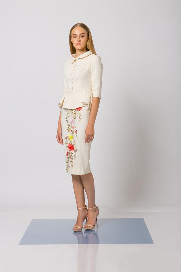 Trang phục để xuất hiện tại các sự kiện quan trọng sẽ điệu đà hơn ngày thường bởi họa tiết hoa lá thêu tỉ mỉ.