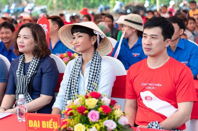 H'Hen Niê tham gia buổi khám bệnh, tư vấn sức khỏe miễn phí cho người dân ở Đắk Lắk vào sáng 5/4.