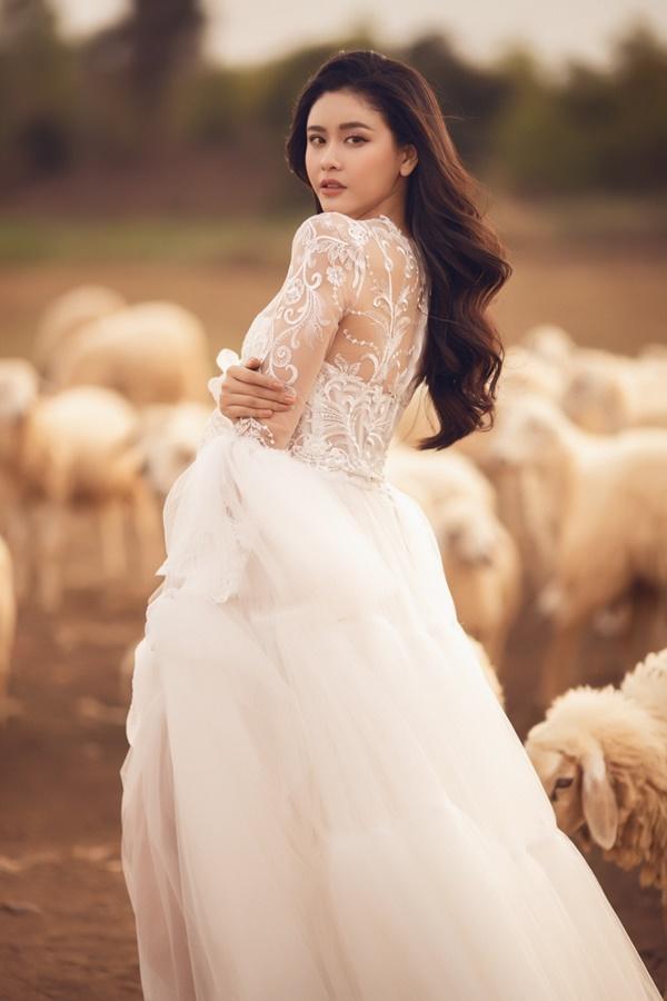 Nữ ca sĩ ưu tiên lựa chọn trang phục mang chất liệu ren lưới, màu sắc nhẹ nhàng đúng với phong cách gợi cảm cô đang theo đuổi.