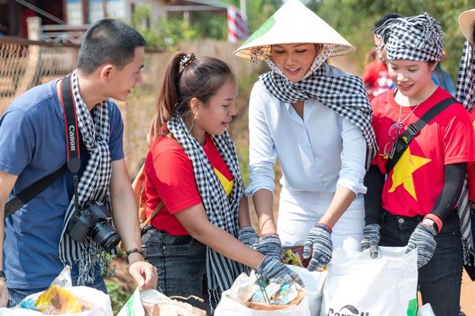 HHen Niê đội nón lá đi phát thuốc cho người dân Đắk Lắk - 2