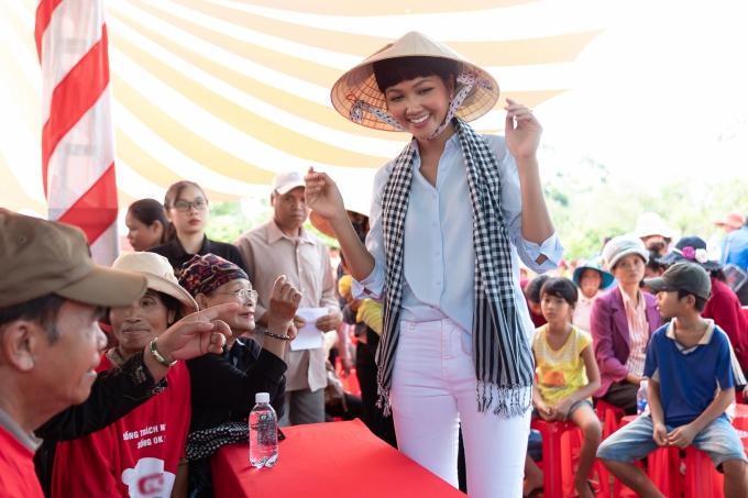 Top 5 Miss Universe 2018 diện áo sơmi, đội nón lá và khăn rằn phù hợp với tinh thần hoạt động.