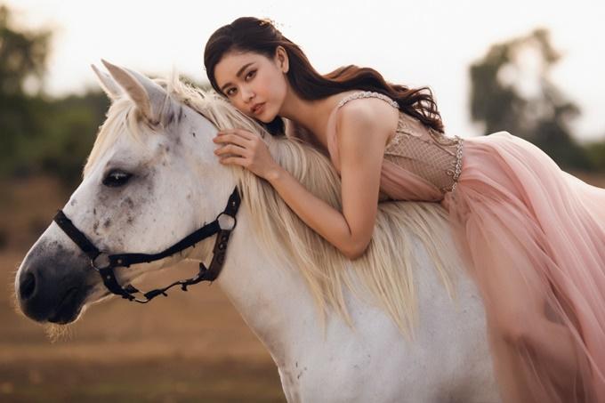 Nhiếp ảnh: Ngô Thanh Sơn, trang điểm: Hiwon, làm tóc: Lưu Ly Hoa, trang phục: Lâm Lâm.