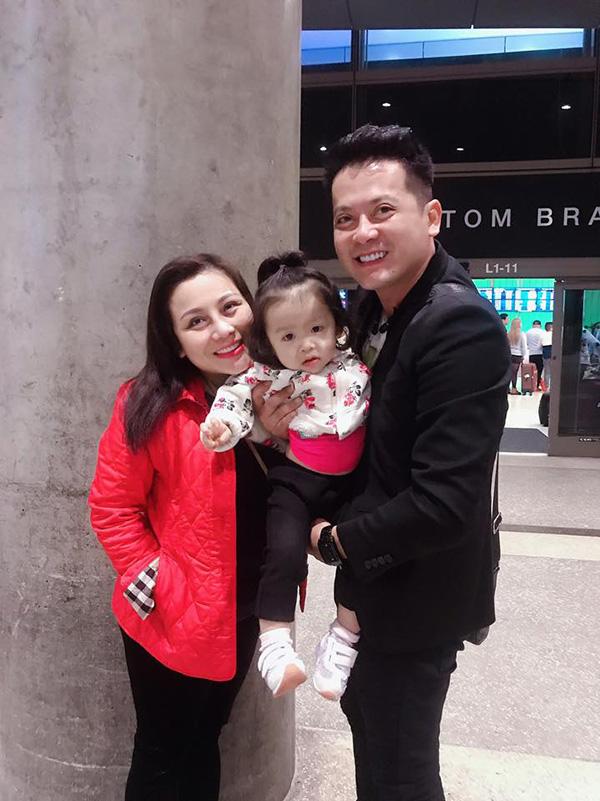 Diễn viên Hoàng Anh bên vợ và con gái.
