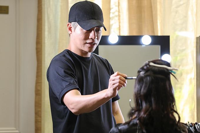 Buổi casting người mẫu không thể thiếu sự góp mặt của Chuyên viên trang điểm Nam Trung, người đã đồng hành cùng chuyến viễn du Fashion Voyage từ mùa đầu tiên tổ chức. Với kinh nghiệm và góc nhìn nhạy bén của mình trong nhiều năm, Nam Trung dễ dàng tìm ra những gương mặt