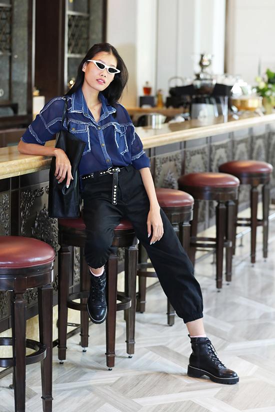 Nguyễn Hợp cá tính với áo trong suốt phốidenim độc đáo, cô chọn thêm những phụ kiện hot trend để gây sức hút.
