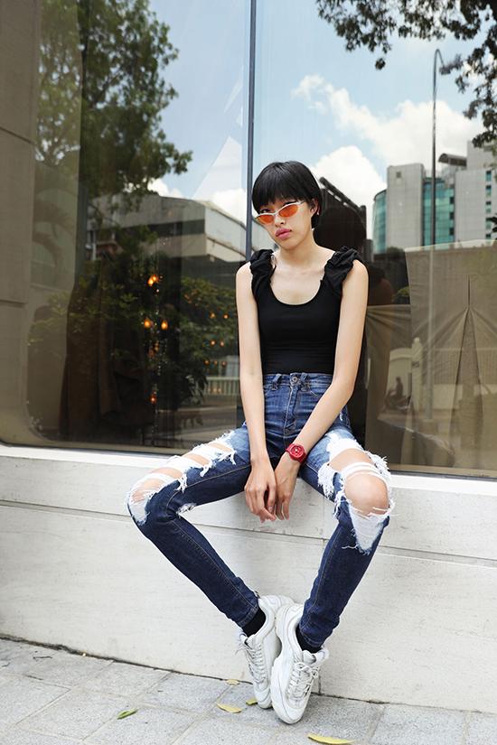 Song song với phần thể hiện catwalk trước 4 nhà thiết kế Lâm Gia Khang, Hà Nhật Tiến, Hoàng Minh Hà, Nguyễn Tiến Truyển, các người mẫu còn tranh thủ khoe street style chất lừ.
