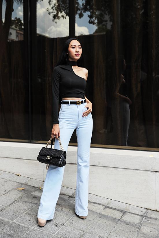 Thu Hiền trẻ trung và gợi cảm với set đồ trắng đen gồm áo cut-out, quần ống suông, túi Chanel và dây lưng Gucci.