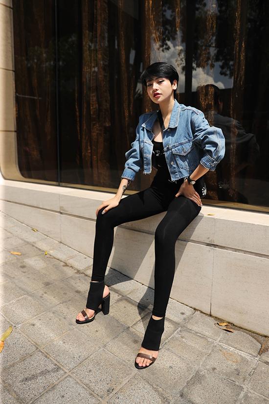 Thuỳ Trâm tự tin khoe dáng với trang phục bó sát đi kèm jacket jeans.