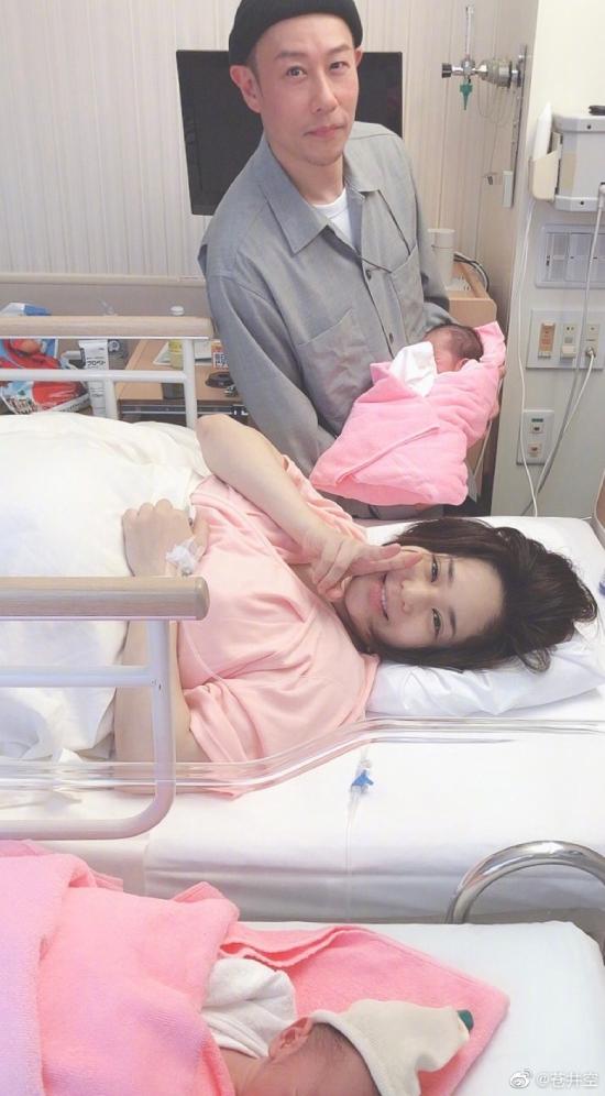 Aoi Sora sinh hai con trai hôm 1/5 mẹ tròn con vuông. Hiện tại, nữ diễn viên đã khỏe khoắn trở lại, tâm trạng cô lẫn chồng rất hạnh phúc khi tổ ấm có thêm hai thành viên mới. Trên trang cá nhân, mỹ nhân Nhật chia sẻ nhiều bức ảnh cả gia đình bên nhau.