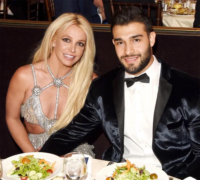 Britney hẹn hò với Sam Asghari từ năm 2016, sau khi đóng chung MV.