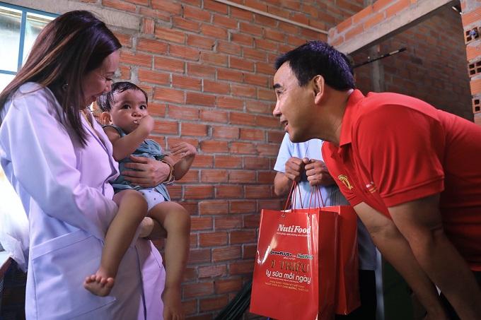 Để hỗ trợ em và gia đình, NutiFood đã tài trợ phần quà là một năm uống sữa miễn phí nhằm cải thiện tình trạng suy dinh dưỡng, thấp còi. Định kỳ mỗi tháng, các bác sĩ dinh dưỡng sẽ đến đo lại chiều cao, cân nặng và theo dõi sự phát triển của em để có sự can thiệp kịp thời, giúp bé được phát triển tốt nhất.