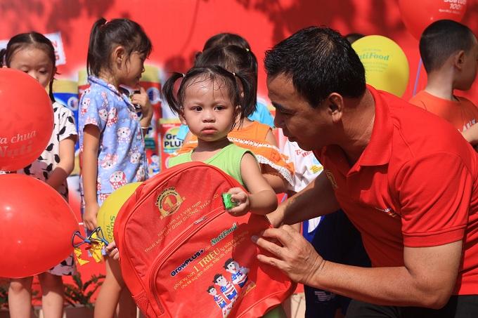 Nhằm cải thiện thể trạng cho các em nhỏ trên địa bàn, 15 trẻ suy dinh dưỡng, thấp còi có hoàn cảnh khó khăn nhất tại huyện Củ Chi được NutiFood tài trợ một năm uống sữa GrowPLUS+.