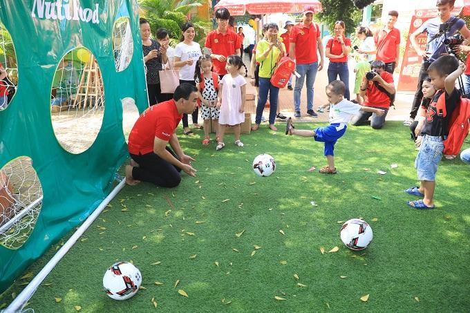 Quyền Linh nhận vai trò thủ môn để các em thử tài sút bóng.