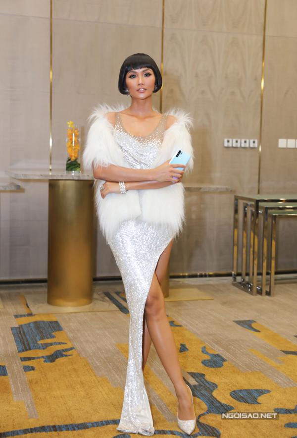 Hoa hậu HHen Niê mặc đầm ánh bạc khoe chân thon dài trong một sự kiện tối 2/4. Tuy nhiên, chiếc khăn lông lại khiến cô trông già hơn và giấu nhẹm đường cong quyến rũ của người đẹp.