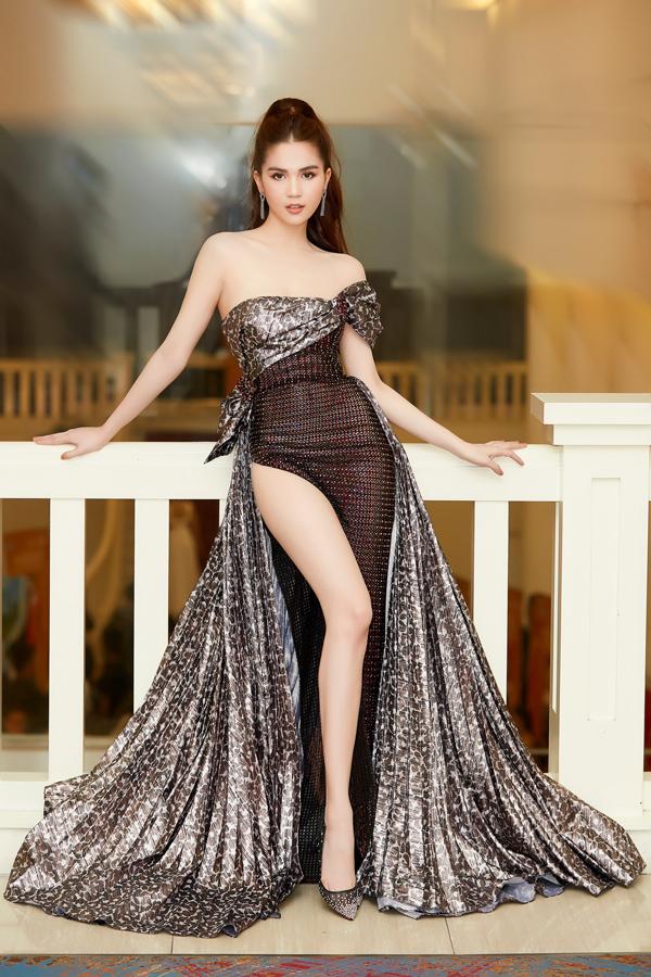 Là khách mời tại một sự kiện ở TP HCM, Ngọc Trinh xuất hiện lộng lẫy trong bộ đầm xẻ cao sexy, pha trộn chất liệu độc đáo của NTK Đỗ Long.