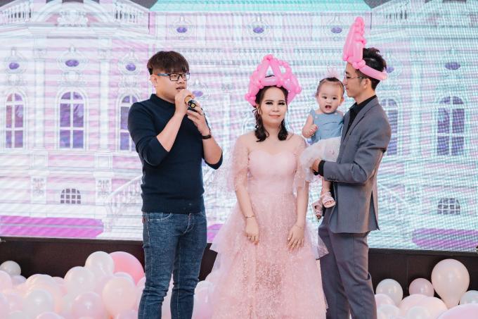 Simon Tứ (ngoài cùng, bên trái)là người đứng sau hàng loạt sự kiện, tiệc cưới hoành tráng của các nghệ sĩ và doanh nhân. Anh từng tổ trang trí yến tiệc hàng trăm triệu cho các ngôi sao hàng đầu Việt Nam.