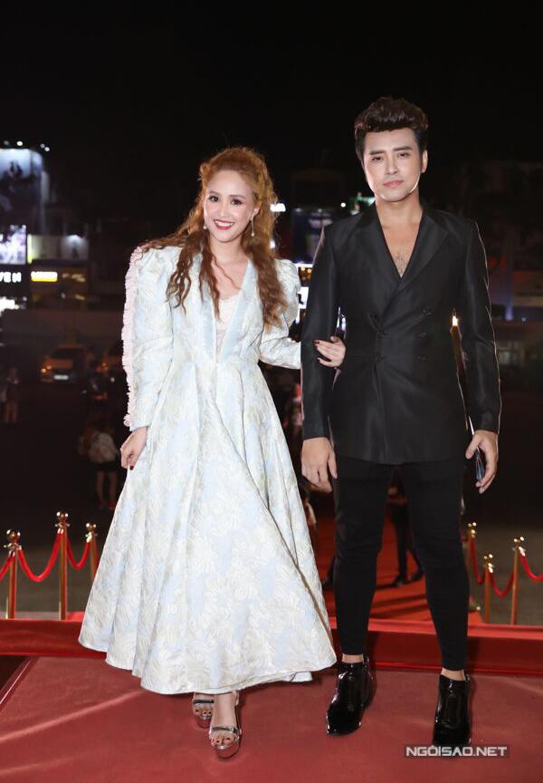 Diễn viên Gạo nếp gạo tẻ Phương Hằng như bơi trong chiếc váy cồng kềnh, nặng nề trên thảm đỏ lễ trao giải Cánh diều.