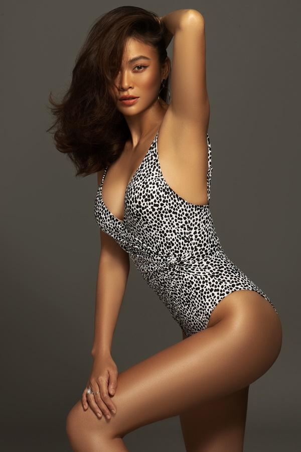 Người đẹp sinh năm 1992 lựa chọn bikini họa tiết da beo, tone màu trắng và đen giúp nổi bật làn da nâu khỏe khoắn.