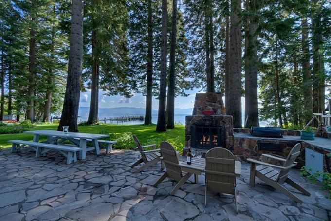 Hai căn biệt thự mới của Mark Zuckerberg đều nằm cạnh hồ Tahoe, mộtđịa điểm nghỉ dưỡng tuyệt đẹp từng xuất hiện trong chương trình truyền hìnhBonanza (Mỹ). Đặc biệt Mark còn sở hữu đườngbờ hồ dài 180 m, có sứcchứa 50 du thuyền.