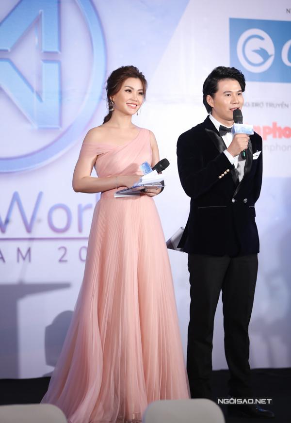 Á hậu Diễm Trang chọn váy lệch vai bồng bềnh màu pastel để ghi dấu ấn khi làm MC buổi họp báo sáng 22/4.