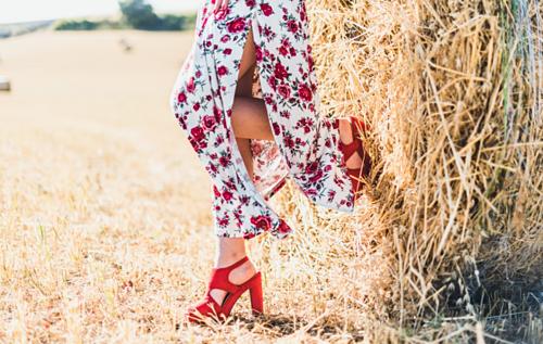 Bộ trang phục sắc màu sống động, được ủ trong hương thơm quyến rũ và mềm mại theo từng chuyển động có thể trở thành khởi đầu hoàn hảo cho ngày mới. Ảnh: Unsplash.
