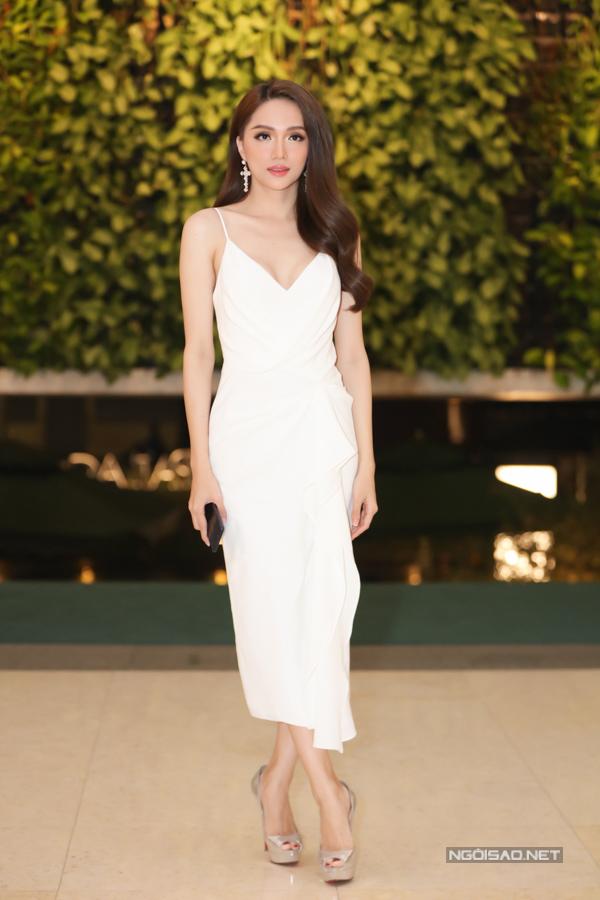 Hoa hậu chuyển giới Hương Giang đẹp nhẹ nhàng, thanh lịch với đầm trắng hai dây xếp nếp mềm mại.