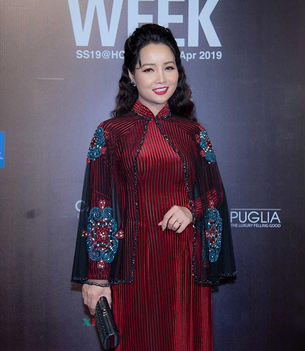 Áo dài kết hợp áo choàng cape khiến diễn viên Mai Thu Huyền bị cộng thêm cả chục tuổi.