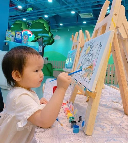 Vợ chồng Phan Như Thảo xúc động vì con gái lớn nhanh.