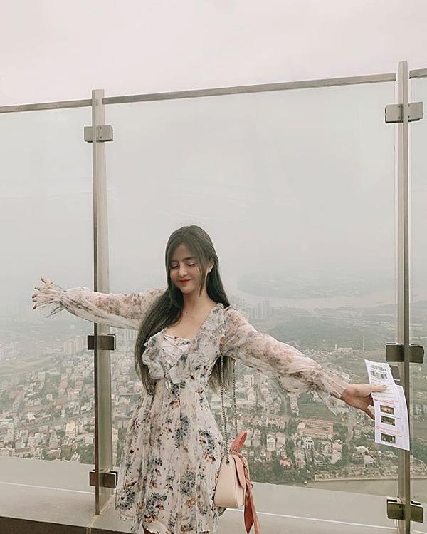 Hot girl Khánh An lyêu thích những góc có thể ngắm nhìn thành phố xinh đẹp từ trên cao từ trải nghiệm SkyTouch.