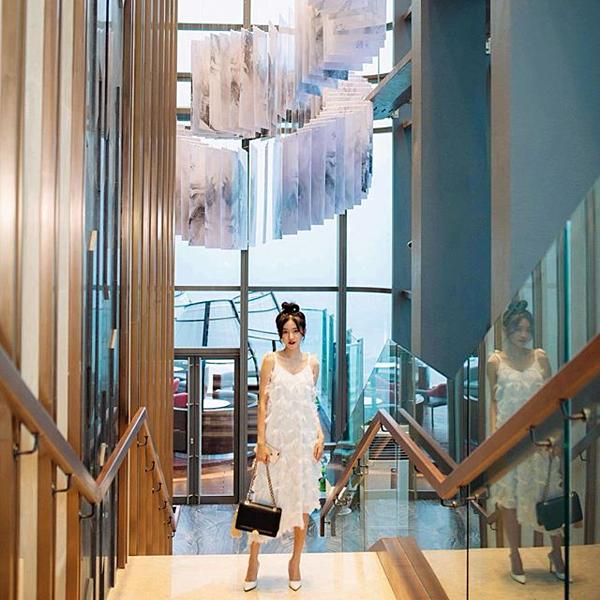 Người mẫu Trâm Ngô lại chọn được góc chụp ảnh vừa sang chảnh, vừa độc đáo. Người đẹp chia sẻ: Lên đến đài quan sát Landmark 81 SkyView cao nhất Đông Nam Á thì không chỉ là ngắm sao mà còn chạm tới sao trời luôn cơ.