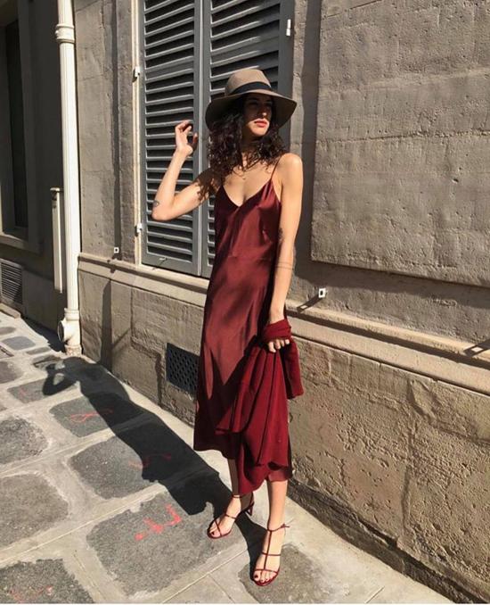 Những loại vải lụa mềm mượt được sử dụng để tạo nên nhiều mẫu váy suông, đầm không kén dáng, váy hai dây cho phái đẹp.