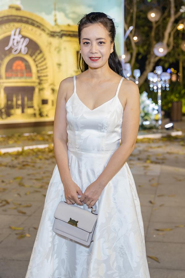 Ngược lại, chiếc váy hai dây trắng không phù hợp với độ tuổi 52 của NSƯT Chiều Xuân.