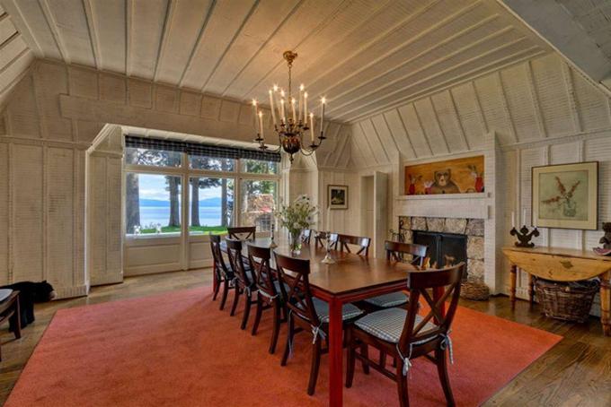 Nhà bếp được thiết kế rộng rãi, trang nhã vàmộc mạc như vẻ đẹp nguyên sơ của địa điểm du lịch nổi tiếng này.