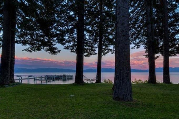 Khoảng sân vườn với những hàng cây cổ thụ rộng lớn nằm bên cạnh hồ Tahoe lãng mạn là nơi thư giãn lý tưởng hoặc tổ chức các bữa tiệc ngoài trời.