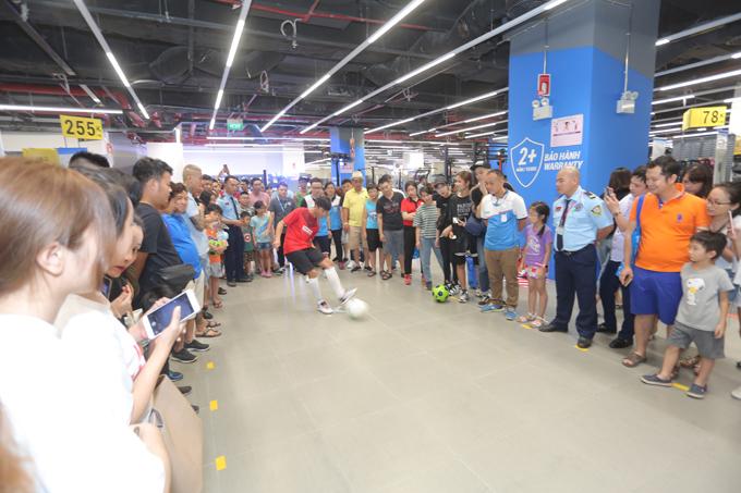 Tham gia thử thách thi sút bóng cùng người hâm mộ ngay trong khuôn viên của cửa hàng Decathlon mang lại nhiều trải nghiệm đáng nhớ cho Văn Đức. Chàng tiền vệ chia sẻ, mô hình mua sắm kết hợp trải nghiệm trực tiếp sản phẩm tại Decathlon là điều thực sự mới mẻ với Đức cũng như nhiều người yêu thể thao Việt Nam.