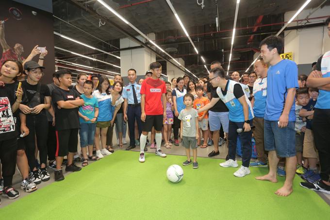 Điều khiến Phan Văn Đức thích nhất chính là trẻ em được thỏa đam mê trải nghiệm các môn thể thao ngay trong khuôn viên Decathlon megastore. Các khách hàng nhí vẫn thỏa sức trải nghiệm những môn như bóng đá, cầu lông hay bóng bàn... ở nhiều khu vực được Decathlon thiết kế.