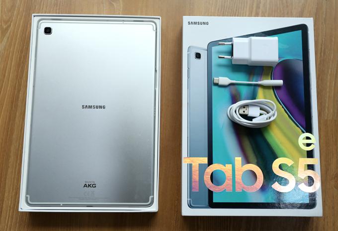 Sản phẩm bán kèm sạc, cáp kết nối và giắc chuyển từ USB C sang 3,5 mm.  Samsung trang bị cho Tab S5e màn hình 10,5 inch siêu mỏng, độ phân giải 2.560 x 1.600 pixel, tỷ lệ 16:10, cho mật độ điểm ảnh cao hơn một chút so với iPad Pro 11 inch. Tuy nhiên, sản phẩm không hỗ trợ bút viết. Samsung đã tối đa hóa không gian hiển thị trên màn hình Tab S5e khi thu nhỏ 4 cạnh viền giúp tăng tỷ lệ hiển thị lên 81,8%, cao hơn mức 79% của Tab S4.