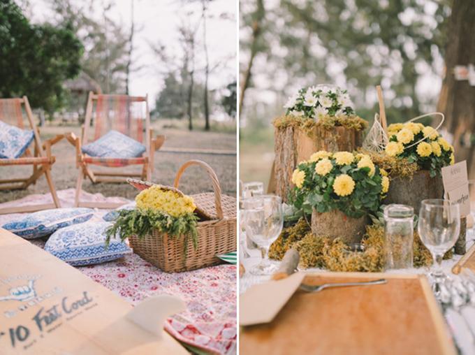Khu vực tiếp tân được bố trí như nơi để cả gia đình có một chuyến dã ngoại. Uyên ương chọn lựa các vật dụng nội thất chủ yếu làm từ gỗ theo đúng phong cách rustic và trang trí với hoa cúc tươi.