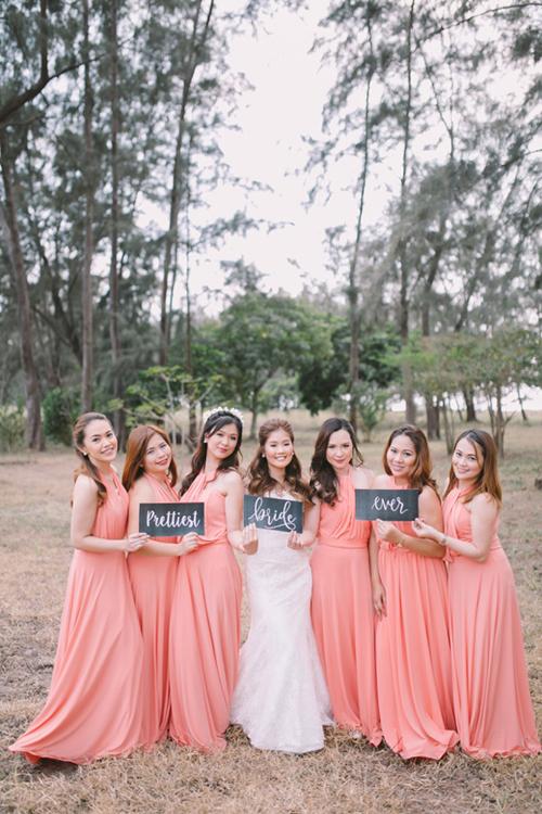 Dàn phù dâu diện váy chữ A mang sắc hồng với cổ yếm để dễ di chuyển, hỗ trợ cô dâu khi cần thiết.