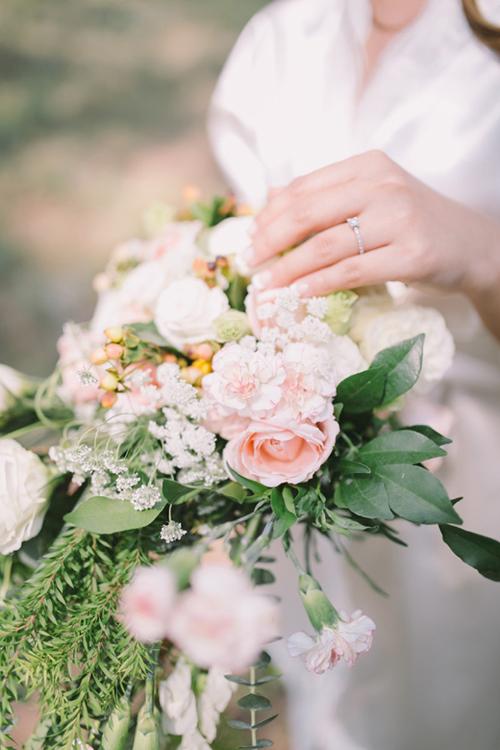 Hoa cầm tay cô dâu được kết từ hồng, hoa cẩm chướng mang sắc hồng pastel nhẹ nhàng.