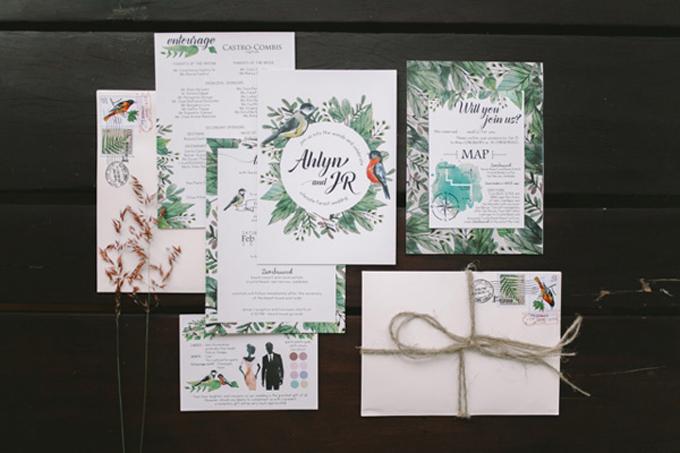 Bộ thiệp cưới màu nước của uyên ương mang nét mộc mạc, giản dị với họa tiết lấy cảm hứng từ cây cỏ miền nhiệt đới và đôi chim uyên ương.