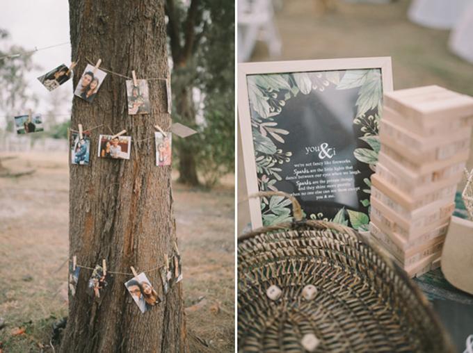 Những tấm hình kỷ niệm của đôi vợ chồng được quấn quanh gốc cây. Uyên ương còn chiều lòng khách mời nhí bằng cách mang đến trò chơi xếp gỗ để các bé không cảm thấy buồn chán.