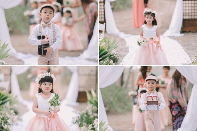 Các bé phù dâu, phù rể nhí lần lượt xuất hiện, cầm hoavà cầm nhẫn cho cô dâu, chú rể.