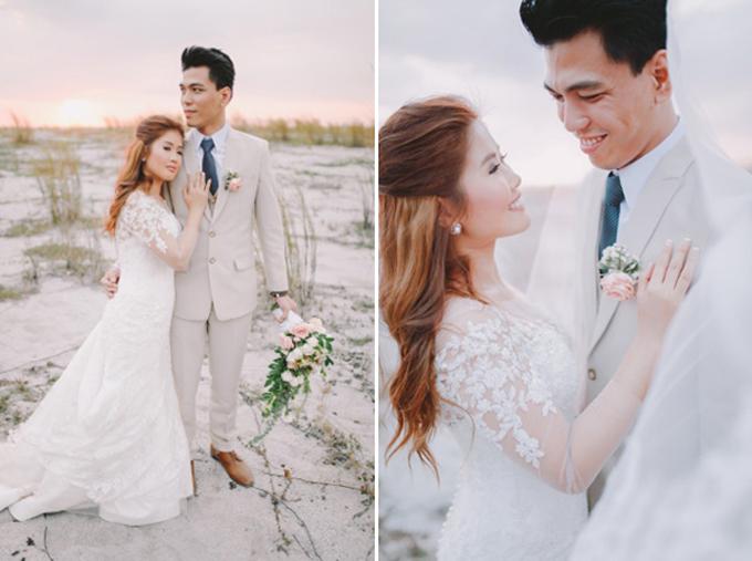 Cặp JR và Ahlyn đến từ Philippines chọn tổ chức đám cưới phong cách rustic. Cô dâu Ahlyn diện một bộ váy đính ren nữ tính và kiểu tóc xoăn nhẹ cho dịp hỷ sự. Còn chú rể xuất hiện lịch lãm với trang phục suit màu ghi pastel phối cùng cà vạt màu xanh đậm.