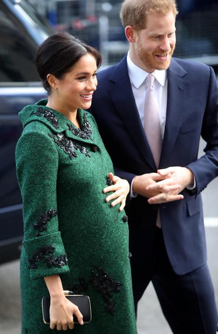 Meghan bế bụng bầu khi dự sự kiện của Commonwealth hồi tháng 3. Ảnh: Reuters.